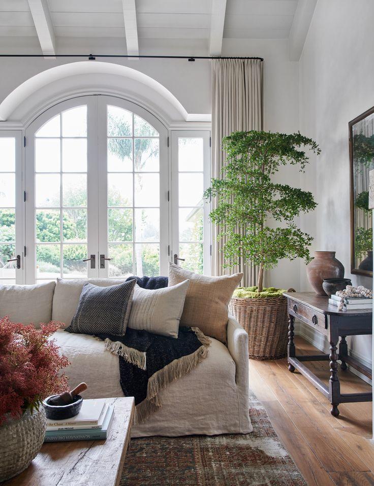 Gemutliches Wohnzimmer Sofa Mit Kissen Dekorieren Wohnzimmer Einrichtung Idee In 2020 Casual Living Rooms Farm House Living Room Home Interior Design