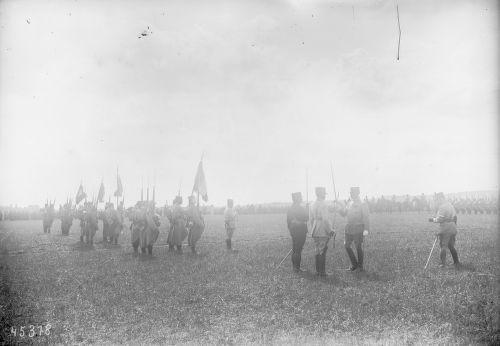 22-08-1915 Moisselles, le général Michel après avoir remis les quatre drapeaux à la 104ème division territoriale, décore les généraux Radiguet et Martineau : photographie de presse / Agence Rol