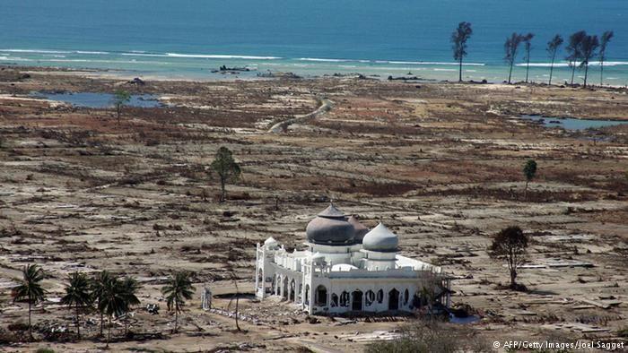 """Surat terbuka untuk Ustadz Khalid Basalamah  (Arrahmah.com) - Assalamu'alaikum Wa Rahmatullah Wa Barakatuh.  Semoga anda senantiasa dalam lindungan Allah.  Segala puji hanya milik Allah shalawat dan salam semoga tercurah kepada nabi kita Muhammad keluarga dan para sahabatnya semua.  Publik Aceh telah digemparkan oleh ceramah anda yang berjudul """"Sebab Terjadinya Tsunami di Aceh"""" yang diunggah ke YouTube pada tanggal 16 May 2016 oleh akun bernama """"Golongan Kanan"""" dengan Link…"""