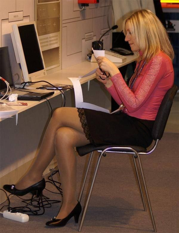 0d8df4be981 Mature Office Girl Wearing Tan Pantyhose With High Heels With Her Legs  Crossed – Candid Legs