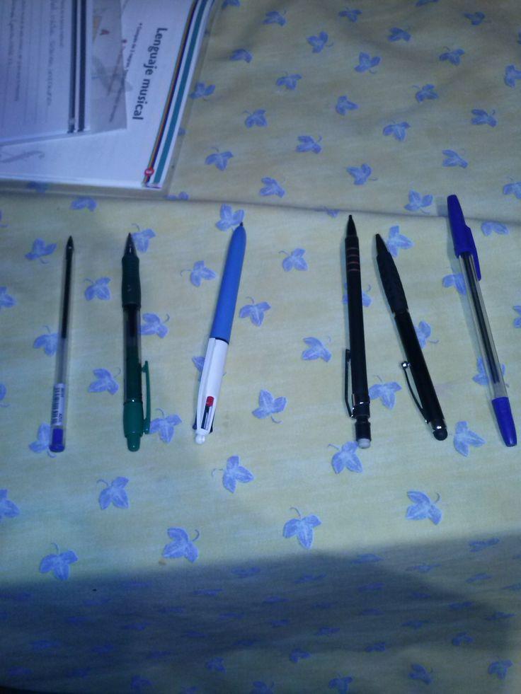 Tres bolígrafos están abiertos y tres están cerrados la fracción es 3/3