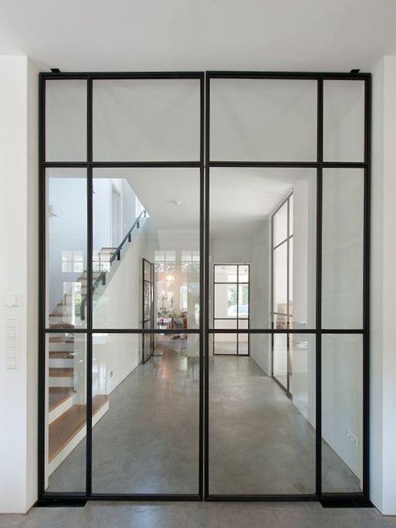 Souvent dépourvue de fenêtre, l'entrée ne jouit pas de lumière naturelle. Pour y remédier, l'idéal est d'installer une porte d'atelier ouvrant vers