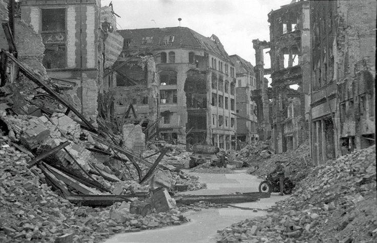 T-34 Kurstraße, Ecke Spittelmarkt, 1945 © Stadtmuseum Berlin | Foto: Cecil F.S. Newman