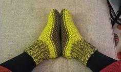 AU CHAUD LES PIEDS ! C'est le moment de s'y mettre et de tricoter des chaussons bien chauds pour l'hiver qui arrive... Ce modèle est trava...
