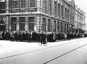 May 1, 1940. Citizens of Amsterdam in line to collect their ration stamps. During the First and Second World War rationing existed in the Netherlands for all sorts of foods and goods. Even after the Second World War scarce items were still rationed for a number of years. ANP Historisch Archief Community - Amsterdam. #amsterdam #worldwar2