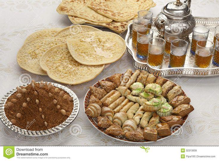 Puur marokaanse muntthee met lekkere pannekoeken en koekjes.