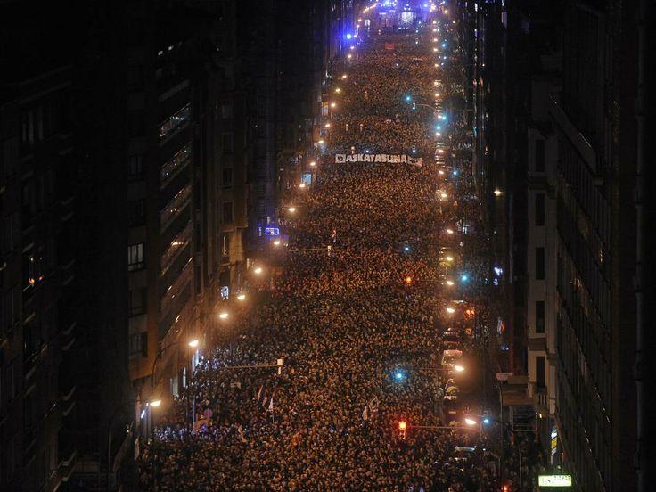 Zaterdag 11 januari 2014: In de Spaanse stad Bilbao gaan tienduizenden mensen in een stille tocht de straat met als doel om steun te betuigen aan de ETA-gevangenen in gevangenissen in heel Spanje.