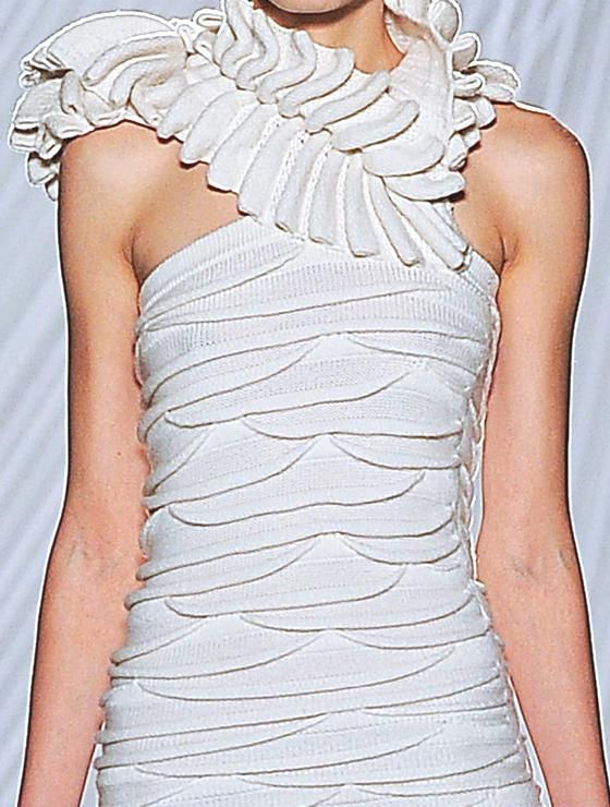These remarkable sculptural effects obtained with the processing of knitting: part of the women's collection Spring / Summer 2013 by Liu Fang, fashion shows in Paris recently.