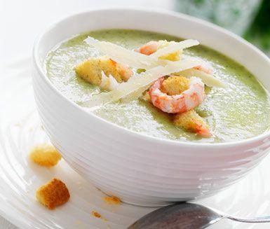 En riktigt smarrig, krämig och lättlagad soppa med smak av broccoli, parmesan, krutonger och räkor. Servera soppan rykande varm tillsammans med en bit bröd och njut av de goda smakerna!