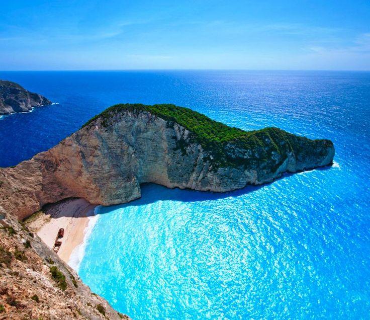 SPIAGGIA DEL RELITTO (Zante) - Considerata la spiaggia più bella del Mediterraneo, è circondata da altissime pareti di rocce bianche e acque cristalline. Deve il suo nome al relitto di una barca che si trova nella spiaggia, naufragata nel 1983.
