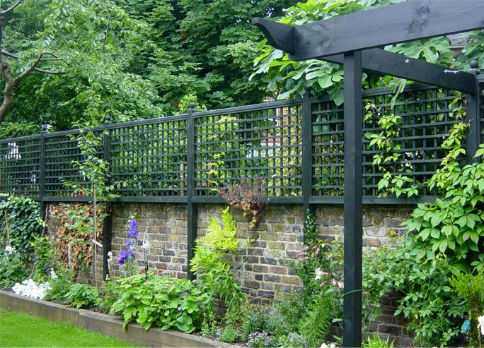 Contemporary & traditional trellis - horizontal trellis & vertical trelliswork, garden joinery: Lloyd Christie Garden Architecture Richmond, London UK