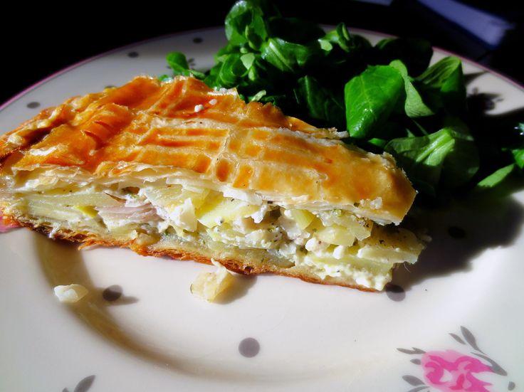Une tourte faite avec des pommes de terre et des fromages de la région d'Auvergne