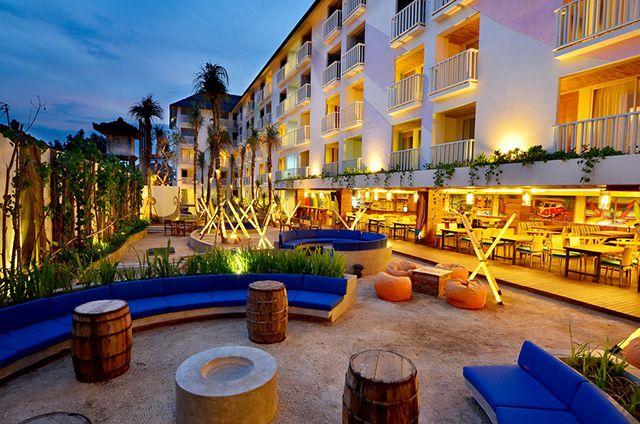 Melepas penat sambil menikmati matahari Bali di taman Bliss Surfer Hotel yang ditata dengan konsep tropical beach. Pasir putih dan drum kayu itu benar-benar membawa kita kepada suasana eksotisme pantai.