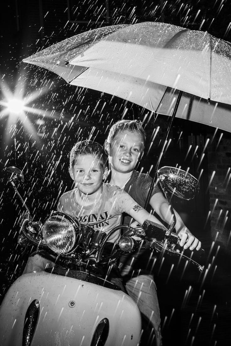 Boys on  a scooter in the rain. Jongens op een scooter in de regen.  Picture taken by FOTOZEE strobist strobes flashes rain portrait portret regen flitsers