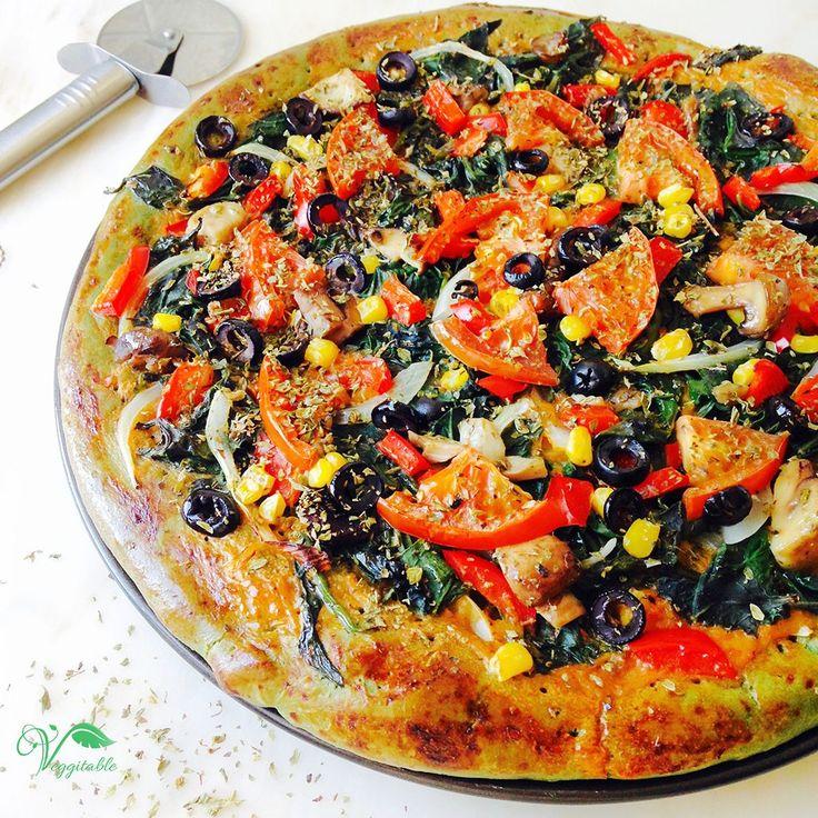 Já alguma vez viram uma pizza com massa verde? Pois é, estava a fazer pizza e lembrei-me de juntar spirulina, uma alga com elevadas concentrações de clorofila. É muito rica em proteínas, sais minerais e vitaminas. Podem encontrar à venda diretamente no site da Iswari ou no Celeiro.  Já fiz esta receita