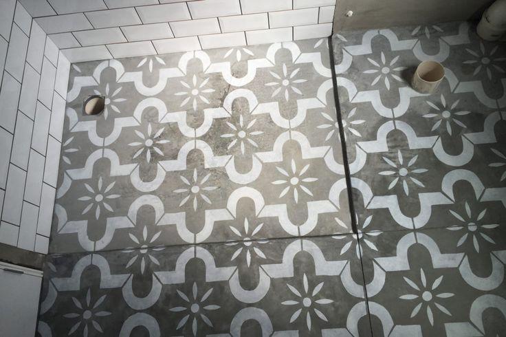 Stencil no concreto - aprenda a pintar sobre o piso de cimento queimado