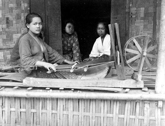 Sundanese women weaving sarong in Bandung, West Java. Between 1900-1940.