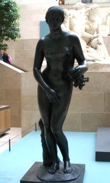 Exposition : les Bronzes français -Le Louvre. L'exposition commence dans la cour Marly avec la Vénus du Belvédère, fondue par Francesco Primatice qui travailla à la décoration du chateau de Fontainebleau. Cette statue fait penser à l'Aphrodite de Cnide.