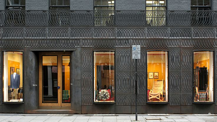 """La fachada de hierro fundido de este local de la tienda Paul Smith en la calle Albermarle Street de Londres. El edificio contrasta abruptamente con las líneas clásicas de las casas vecinas en estilo georgiano, como se conoce a la tendencia arquitectónica que predominó entre 1720 y 1840. El término """"georgiano"""" se debe a los cuatro reyes británicos llamados George, Jorge, que reinaron en Inglaterra desde 1714 hasta 1830."""