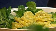 Kartoffel-Feldsalat-Salat auf einem Teller © NDR