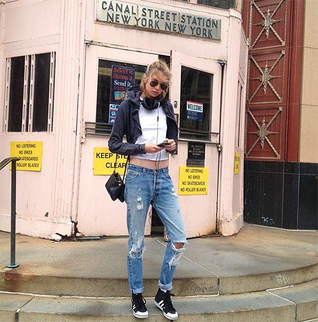 Stella Maxwell is wearing the perfect NYC babe look with the classic Adidas and ripped denim #casualwear #model #fashion