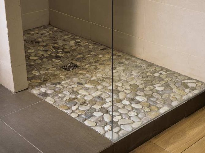 Best 25 river rock shower ideas on pinterest river rock bathroom river rock floor and river for Galet salle de bain vernis