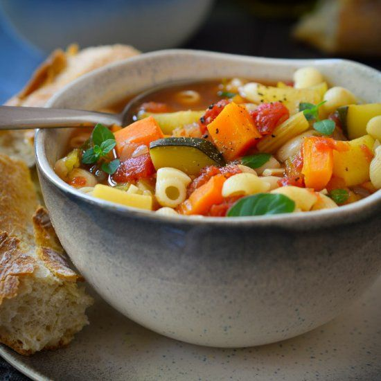 Veggie-packed Minestrone Soup. The perfect end-of-summer soup for your garden veggies. (in Spanish)