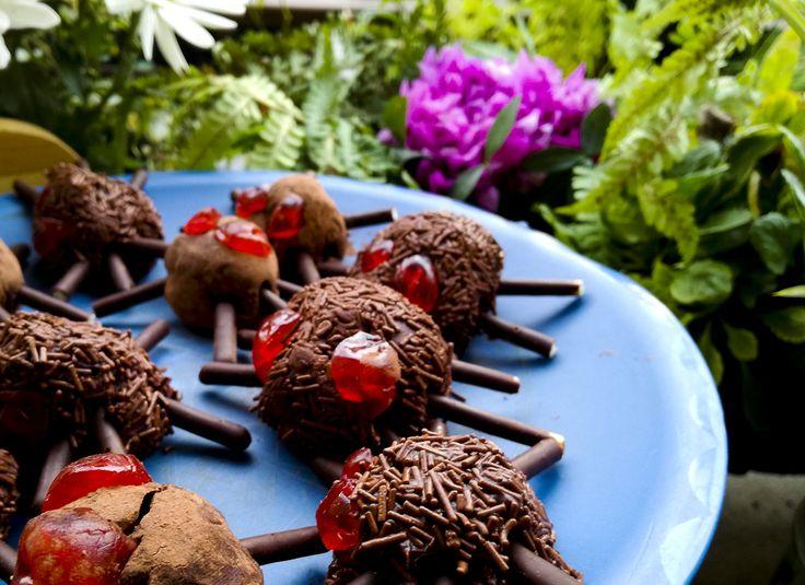 per #halloween ! ... #ragni fatti di #tartufo . http://www.kitchengirl.it/piccole-chicche/halloween-night-2016-ragnetti-tartufoni/  #kitchengirl #cioccolata #cioccolato #ciliege #mikado #panna#dessert #cosebuone #cucina #amicincucina #cucinaitaliana #merendaitaliana
