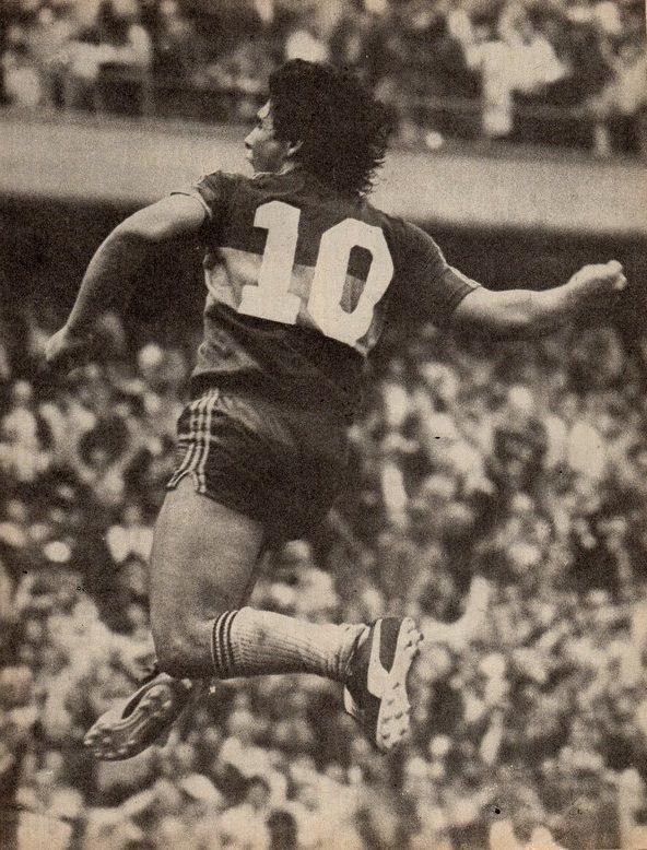 1 de Marzo de 1981, en La Bombonera. Puño cerrado, grito de Gol. Maradona y su clásico festejo. Segunda fecha del Torneo Metropolitano, #BocaJuniors 2-2 Instituto (Córdoba). Diego convirtió los dos goles del xeneixe. #Leyenda #Legend
