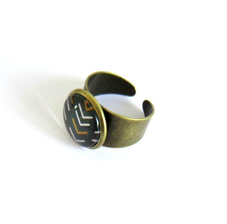 Bague bronze cabochon anthracite chevrons blancs et moutardes, réglable, bague bronze à cabochon de verre motif chevrons : Bague par color-life-bijoux