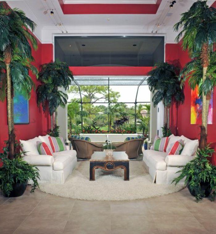 aménager son salon, plafond blanc, murs rouges, plantes tropicales, tapis rond beige