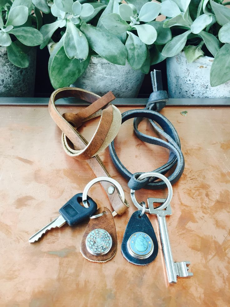 These NOOSA-Amsterdam keycords has been made from 100% naturally tanned leather and are available in 3 colours.