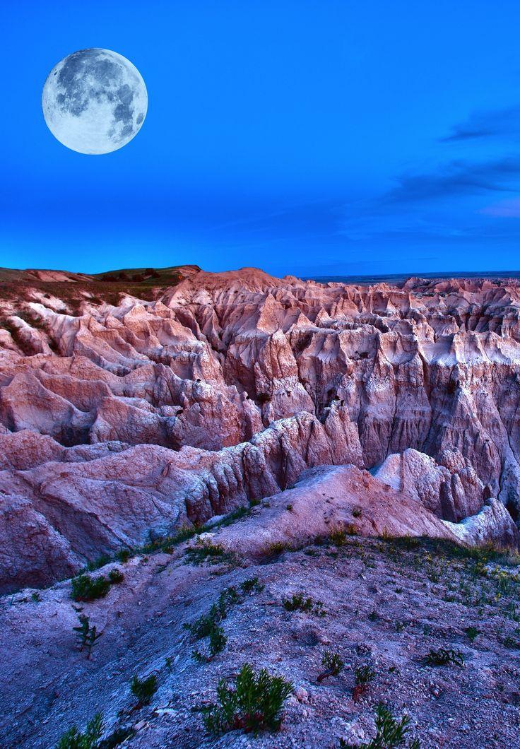 Discover the breathtaking Badlands National Park in South Dakota.