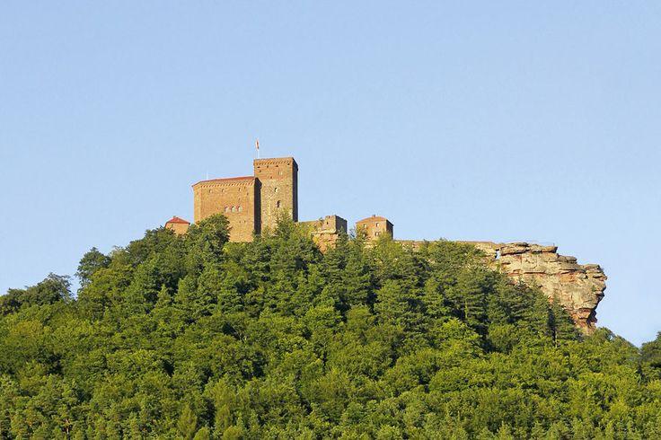 Trifels: Die imposante mittelalterliche Reichsburg Trifels bei Annweiler war einst Lieblingsburg des Kaisers Barbarossa und Gefängnis für Richard Löwenherz.
