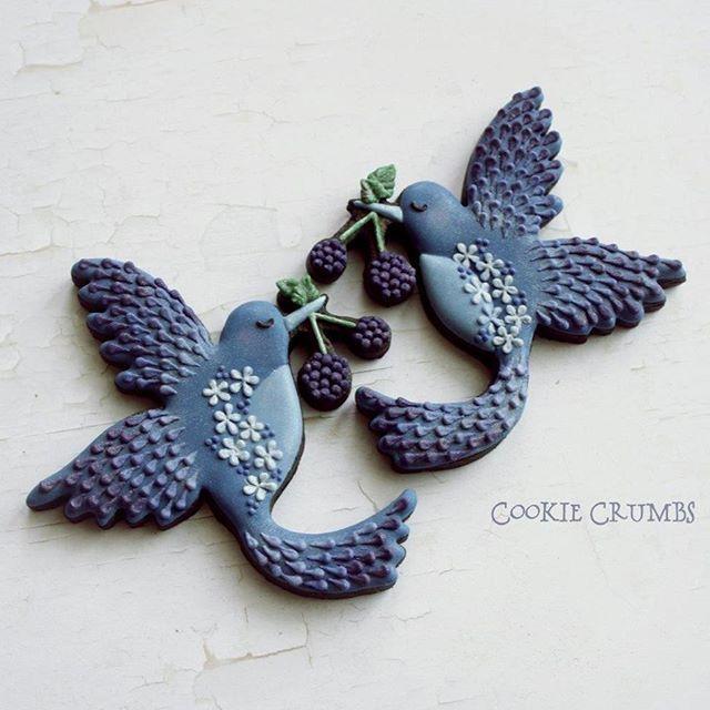 複雑な形の鳥クッキー。レッスン参加者さまからいただいた、モンペラさん作の超絶クッキー型を使いました。型に負けじとついごちゃごちゃさせてしまいましたが、とってもかわいい形でしょう。 Blue bird cookies. Surprisingly the cutter is handmade! He is great at making intricate cookie cutters. モンペラさんブログはこちら→ http://ameblo.jp/monperamickey/ #cookiecrumbs #mintlemonade #icingcookies #icedcookies #icedbiscuits #decoratedcookies #cookies #アイシングクッキー #bird #クッキー型