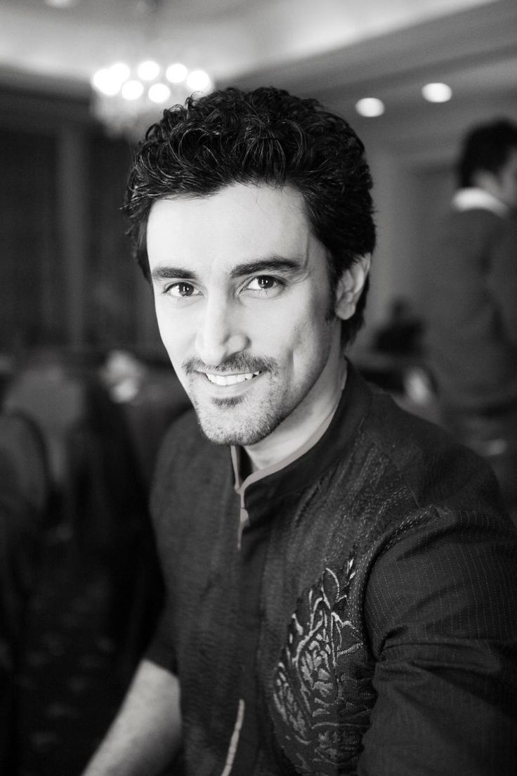 Hold it ladies! Or better download this one and set it as a wallpaper. Here's the very stylish Kunal Kapoor for you.