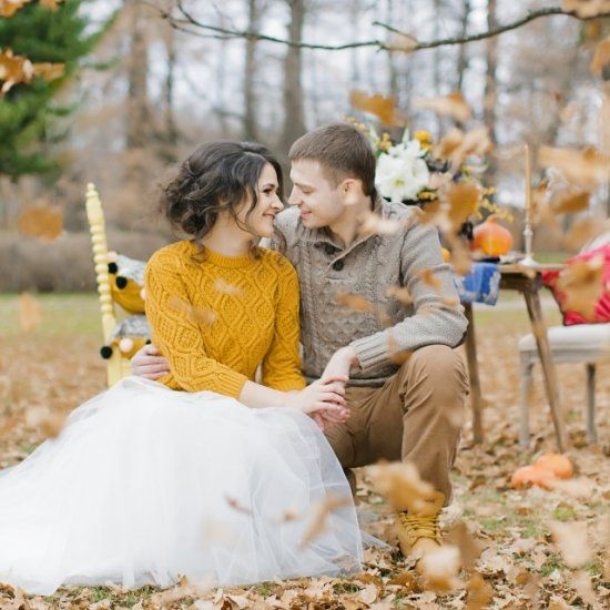 Sweet outdoors wedding shoot with colorful tablescape and unique bride's and groom's styles (in Russian) Photo: Veronika Kromberger