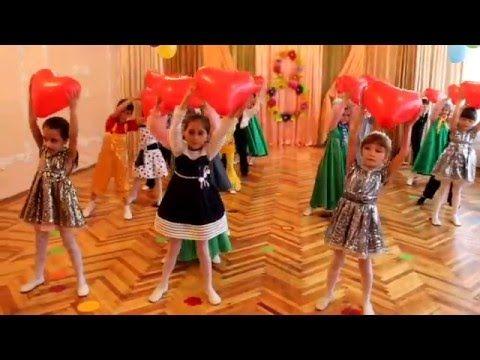 Красивый вход на утреннике 8 МАРТА в детском саду Танец с сердцами для мам - YouTube