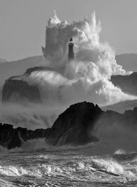 lighthouse West Coast of England.  la force des éléments