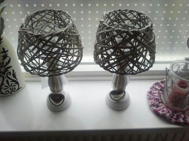 Zo schattig deze rieten lampekapjes :) 2.29 p/st. op kandelaars gelijmd met waxinelichtjes in glaasjes erin.