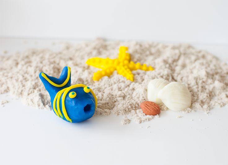 Naar het strand (groep 1 -3) Vandaag gaan we een prachtige strandtafel maken! Met zand (Creall-modelling sand), visjes en zeesterren. Praat met de kinderen over wat je allemaal op het strand kunt vinden. Je kunt voor deze opdracht zachtblijvende klei gebruiken zoals Creall-mini silky soft of Supersoft of luchtdrogende klei, zoals Creall-do & dry. We komen al een klein beetje in vakantiestemming!