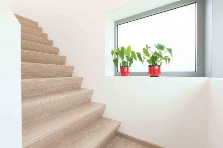 Moderne Z-trap zonder leuning. Natuurlijk kunnen wij ook zorgen voor extra veiligheid door trapleuningen te plaatsen. #traprenovatie #veiligheid
