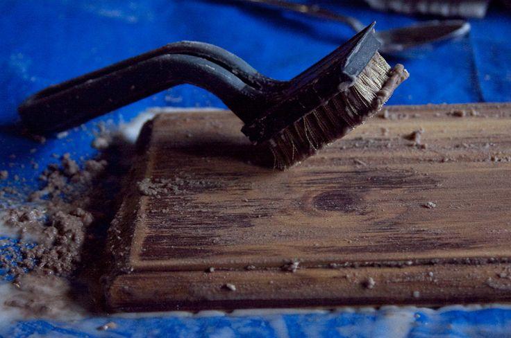 """Treibholz """"machen"""" 1. abschleifen 2. Wasser und Natron 1:1mischen und auf dem Holz verteilen. 3. Essig drauf sprühen. 5 - 10 min. einweichen. 4. mit Draht Bürste bearbeiten. 5. Lasur und Latexfarbe 4:1 mischen, etwas schwarze und weiße Bastel farbe und Wasser dazu geben. färben"""