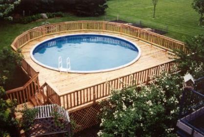 Cettee plage de petite taille épouse joliment la forme circulaire de cette piscine