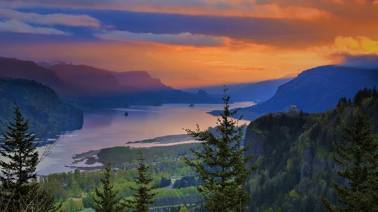 Crown Point is the name of a promontory on the Columbia River Gorge and an associated state park in the U.S. state of Oregon.  (© JPL Designs/Shutterstock)