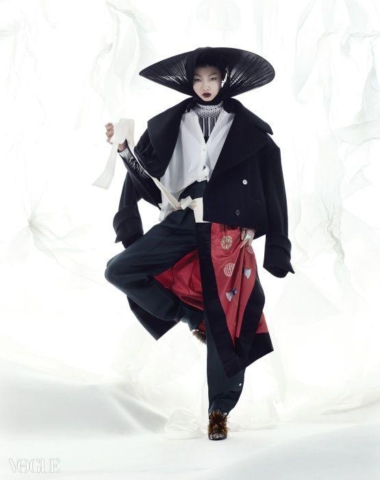 백성을 의미하는 쌀 문양과 결단력을 의미하는 도끼 문양이 새겨진, 허리에 두르는 작은 치마 형태는 김혜순 한복(Kim Hye Soon Hanbok)