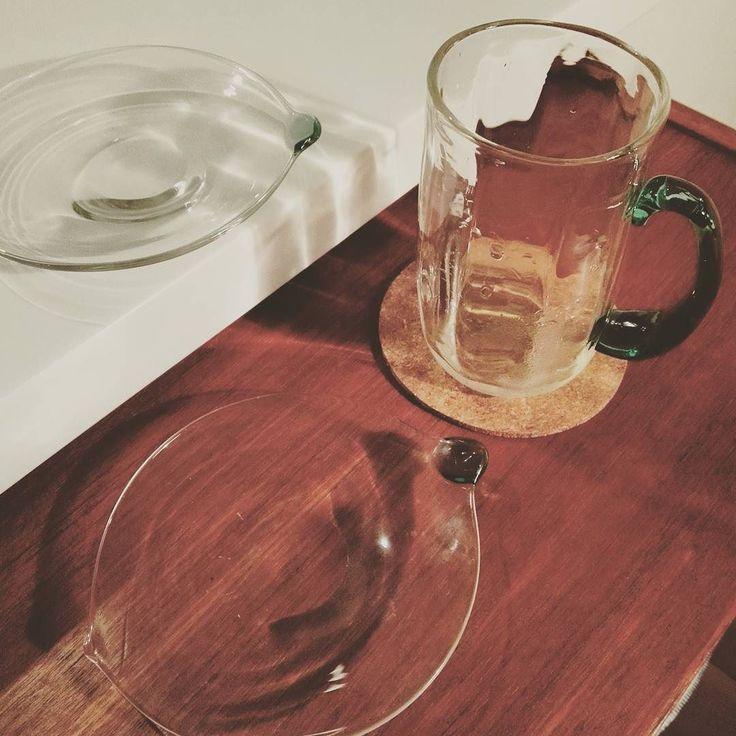 草野啓利さんのグラスと小皿 グリーンがとてもきれい繊細そうに見えますが手にとると日常安心して使える作りだとかわかります #ガラス#グラス#草野啓利#涼しげ#日常使い#100%プロジェクト #glass #100%project #japan