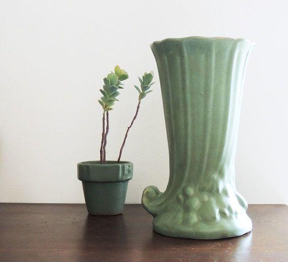 Un vase de McCoy belle corne dabondance style des années 1930 avec un glaçage vert mat.  8 de haut 4 1/2 jante Sur la photo le p. 29 dans « McCoy Pottery » par Hanson, Nissen, Hanson Non marqué  La condition est bonne-pas puces ou fissures, quelques craquelures. La plupart des poteries vintage a quelques défauts de fabrication (pop glaçure mineures et justesse) ainsi que quelques vêtements et éventuellement fêlures qui vient avec lâge et lutilisation.   2lb2.4oz  Frais de port varient selon…