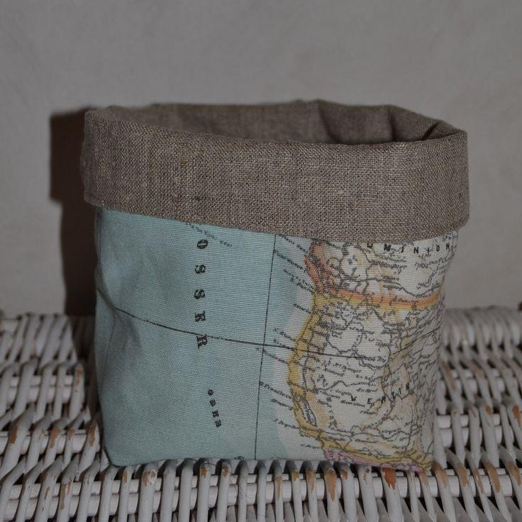 mandje van wereldkaartstof, gevoerd met linnen. Leuk om wat spulletjes in te bewaren, maar ook leuk om bijvoorbeeld een cadeaumandje van te maken! Afmetingen 14-15-10 cm (H-B-D)