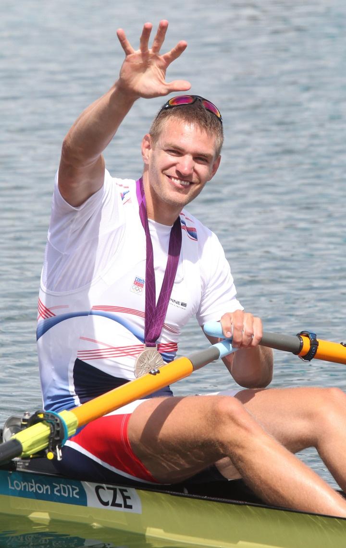 Český veslař Ondřej Synek slaví stříbro v závodu na 2 kilometry během OH 2012 v Londýně.